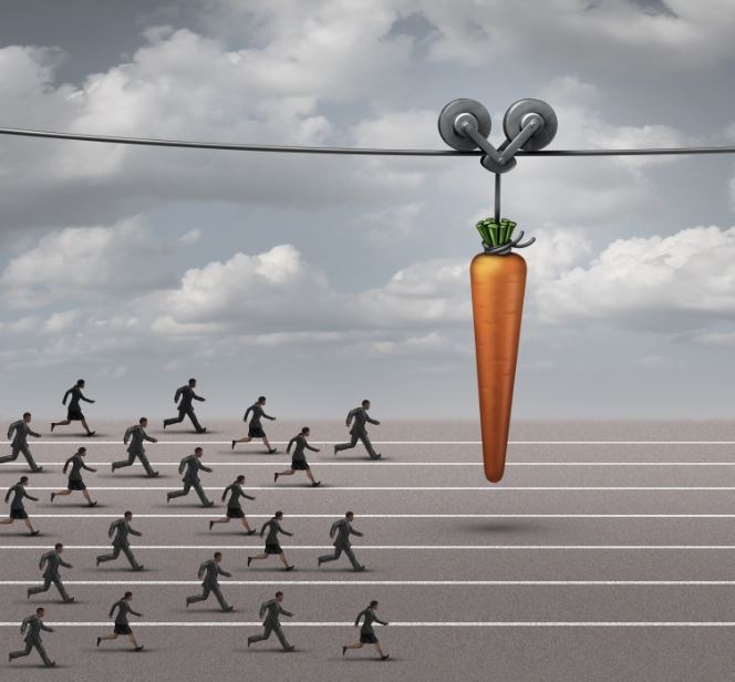 pessoas correndo atrás de uma cenoura